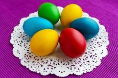 Kleurrijke eieren voor vakantie Pasen op een wit servet Royalty-vrije Stock Fotografie