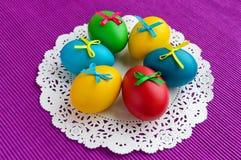 Kleurrijke eieren voor vakantie Pasen op een wit servet Stock Foto