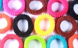 Kleurrijke elastische haarbanden met horizontaal kader Stock Afbeeldingen
