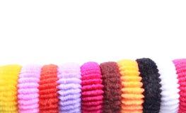 Kleurrijke elastische haarbanden met lege ruimte op geïsoleerde witte achtergrond Royalty-vrije Stock Afbeelding