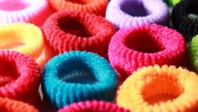 Kleurrijke elastische haarbanden met partij die horizontaal kader aansteken Royalty-vrije Stock Afbeeldingen