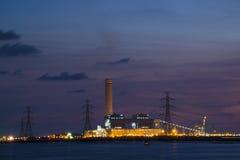 Kleurrijke Elektrische centrale bij Schemering stock fotografie