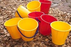 Kleurrijke emmers Stock Foto