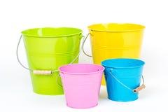 Kleurrijke emmers/emmers Stock Afbeelding