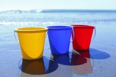 Kleurrijke emmers op strand Royalty-vrije Stock Foto's