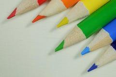 Kleurrijke en gescherpte kunstenaarspotloden in regenboogkleuren Stock Afbeelding