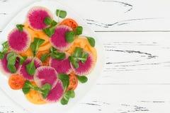 Kleurrijke en gezonde carpacciosalade met watermeloenradijs, tomaat en maïssalade Hoogste mening, de ruimte van het vrije tekstex Stock Afbeelding