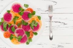 Kleurrijke en gezonde carpacciosalade met watermeloenradijs, tomaat en maïssalade Hoogste mening, de ruimte van het vrije tekstex Royalty-vrije Stock Foto's