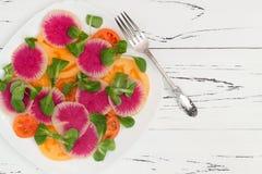 Kleurrijke en gezonde carpacciosalade met watermeloenradijs, tomaat en maïssalade Hoogste mening, de ruimte van het vrije tekstex Royalty-vrije Stock Afbeelding