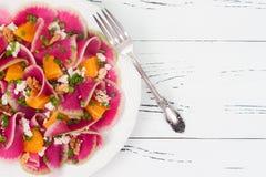 Kleurrijke en gezonde watermeloenradijs, sinaasappel en carpacciosalade van de geitkaas Hoogste mening, de ruimte van het vrije t Royalty-vrije Stock Foto's