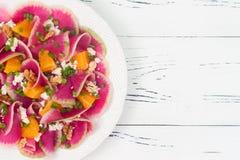 Kleurrijke en gezonde watermeloenradijs, sinaasappel en carpacciosalade van de geitkaas Hoogste mening, de ruimte van het vrije t Stock Afbeeldingen