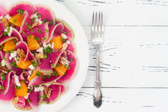 Kleurrijke en gezonde watermeloenradijs, sinaasappel en carpacciosalade van de geitkaas Hoogste mening, de ruimte van het vrije t Royalty-vrije Stock Afbeelding