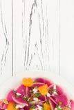 Kleurrijke en gezonde watermeloenradijs, sinaasappel en carpacciosalade van de geitkaas Hoogste mening, de ruimte van het vrije t Stock Foto