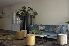 Kleurrijke en modieuze zetel in restaurant van hotel Royalty-vrije Stock Foto's