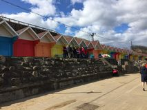 Kleurrijke en mooie hutten bij de overzeese voorzijde stock afbeelding