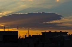 Kleurrijke en schilderachtige wolken over stadsdaken bij zonsondergang in Belgrado Royalty-vrije Stock Afbeeldingen
