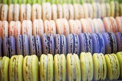 Kleurrijke enigszins ronde snoepjes macarons in een doos op de showcase van Th Royalty-vrije Stock Afbeelding