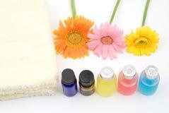 Kleurrijke essentiële olie en gele handdoek Royalty-vrije Stock Afbeeldingen