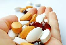 Kleurrijke farmaceutische geneeskundepillen, tabletten en capsules ter beschikking op witte achtergrond royalty-vrije stock foto's