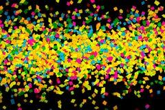 Kleurrijke feestelijke confettien op een zwarte achtergrond Royalty-vrije Stock Foto