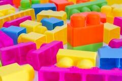 Kleurrijke figuurzaagblokken, jonge geitjesstuk speelgoed stock foto's