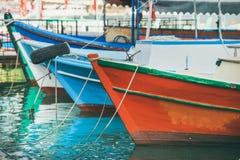 Kleurrijke fishermensboten in kleine Mediterrane stad Stock Fotografie