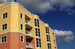 Kleurrijke Flatgebouwen met koopflats Royalty-vrije Stock Fotografie