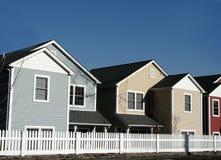 Kleurrijke flatgebouwen met koopflats Stock Foto