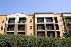Kleurrijke Flatgebouwen met koopflats over Haag Royalty-vrije Stock Fotografie
