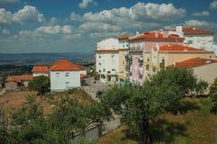 Kleurrijke flatgebouwen op heuveltop royalty-vrije stock afbeelding