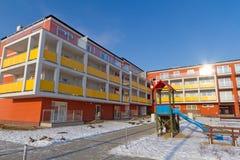 Kleurrijke flats bij wintertijd Stock Foto's