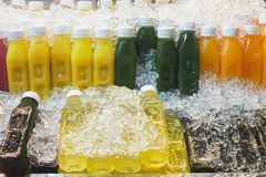 Kleurrijke flessen met vers fruit en groentesap in ijs bij Thaise markt Lealthylevensstijl, reisconcept Royalty-vrije Stock Foto's