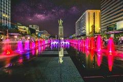 Kleurrijke fontein bij Gwanghwamun-Plein met standbeeld van Admiraal Yin-Sin, Zonde en Melkweg in de Stad van Seoel Foto in Seoel Stock Afbeeldingen