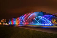 Kleurrijke Fontein bij nacht in het Park van de Reserve in Lima, P stock afbeeldingen