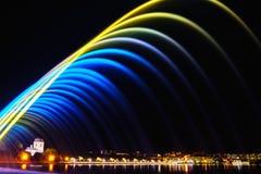 Kleurrijke fonteinen in stadspark bij nacht, lange blootstellingspho stock afbeelding