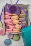Kleurrijke Franse deegwaren in een mooie doos, close-up Diverse kleurrijke deegwarenachtergrond Smakelijke zoete kleur van deegwa stock foto's