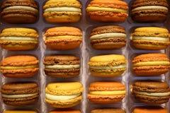 Kleurrijke Franse macarons dichte omhooggaand als achtergrond stock foto