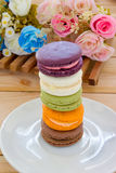Kleurrijke Franse Macarons op houten paneel Stock Afbeeldingen