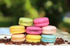 Kleurrijke Franse makarons met koffie op de aardachtergrond Royalty-vrije Stock Fotografie