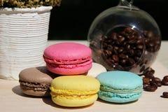 Kleurrijke Franse makarons met koffie op de aardachtergrond Royalty-vrije Stock Foto