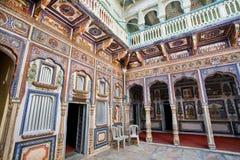 Kleurrijke fresko's binnen een oud Indisch huis Stock Foto