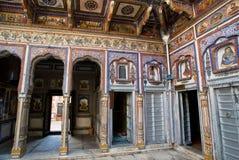 Kleurrijke fresko's binnen een uitstekend Indisch huis Stock Afbeeldingen