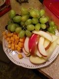 Kleurrijke fruit en kaasplaat royalty-vrije stock foto's