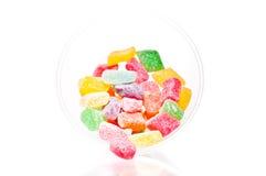 Kleurrijke fruitgelei die van een kom uitvalt Royalty-vrije Stock Foto's