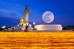Kleurrijke gang met aangestoken kaarsen ter beschikking rond tempel Royalty-vrije Stock Fotografie