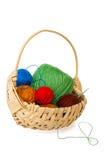 Kleurrijke garen en haaknaald voor het breien in rieten mand Stock Afbeeldingen