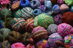 Kleurrijke garenballen op mand stock afbeelding