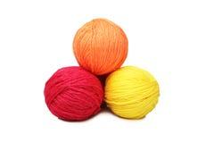 Kleurrijke garenballen over wit Stock Foto's