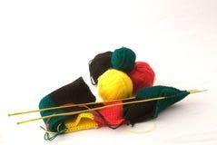 Kleurrijke garens met het breien Stock Foto