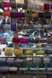 Kleurrijke geassorteerde metaal amd plastic kettingen in Flohmarkt im Mauerpark-markt in Berlijn stock afbeeldingen